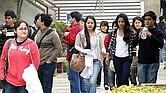 FRÁGILES. Jóvenes 'millenials' suelen durar poco tiempo en sus trabajos o laboran en actividades sin prestaciones.
