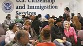 CARGA PÚBLICA. De aprobarse la definición ampliada, aplicaría a los extranjeros al momento de solicitar un beneficio migratorio. La idea es evitar que los inmigrantes abusen de los programas sociales del Gobierno Federal.