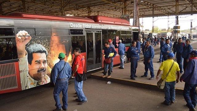 Afiche de Nicolás Maduro en un transporte de Sidor