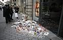 ESTRASBURGO - Flores, velas y mensajes en el lugar donde falleció una de las víctimas en el atentado en Estrasburgo (Francia).