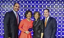 De izquierda a derecha: Vicepresidente de Eastern Bank, Quincy Miller, ganadora del Premio de Justicia Social 2018, Dra. Paula A. Johnson, Deborah Jackson, Directora Principal de Eastern Bank, y Bob Rivers, Presidente y CEO de Eastern Bank.