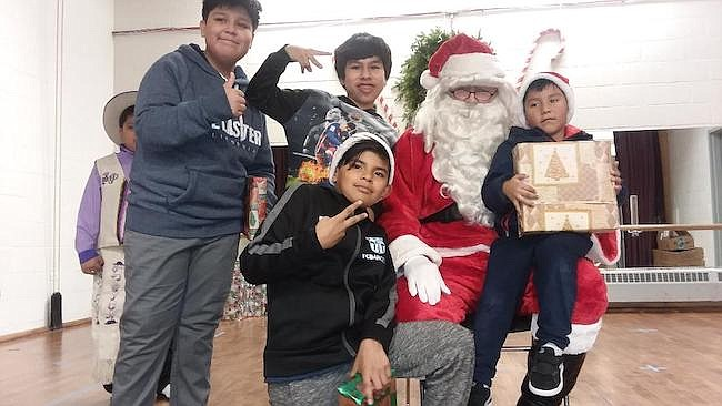 James Kearnel hizo de Papá Noel durante la celebración de la Navidad de Cenaes y siempre estuvo presto a dejar que los niños se acerquen a él para tomarse fotos.