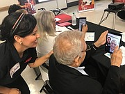 Clases. Los ciudadanos mayores de 40 años reciben clases gratuitas sobre manejo de tecnologías digitales como teléfono celulares, computadoras y iPads.