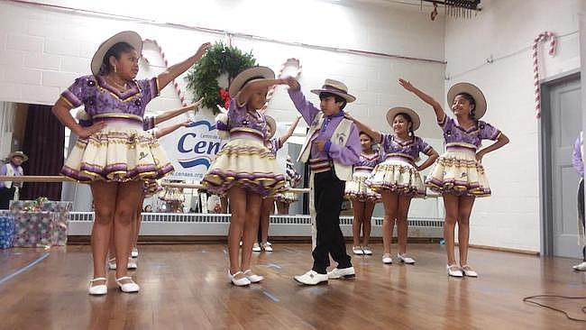 Un grupo de niños del grupo Salay Bolivia-USA demostraron sus artes del baile tradicional que se suelen hacer durante los carnavales de Potosí, en ese país andino.