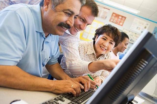 Tecnologías. Ciudadanos en Maryland aprenden sobre el manejo de tecnologías y de cómo estar alertas frente a posibles fraudes, un programa que lleva adelante AARP para las personas mayores.