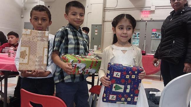 John Ulloa, Jarden Zavala y Brianna Calderón fueron algunos de los pequeños que recibieron su regalo de navidad durante los festejos de Cenaes.