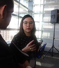 Educación. Olga Gutiérrez, representante de Apple, durante su exposición enfatizó en la importancia de tender puentes para promover la educación y la fluidez tecnológica en la sociedad.