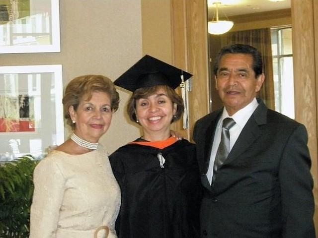 Maestría. Ángela C. Borbón, junto a sus padres Lucas y Emma, el día que obtuvo el diploma de su maestría en ingeniería de gestión, en George Washington University.
