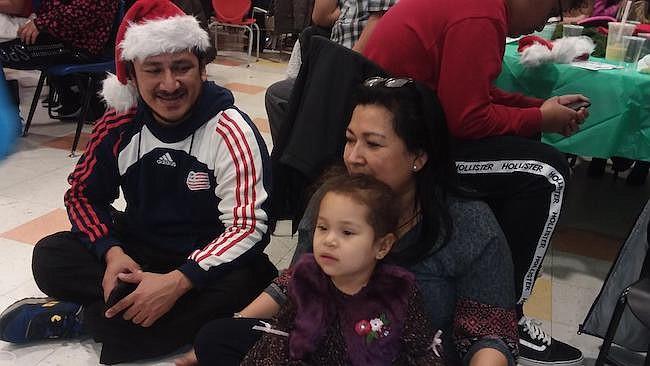Padres de familia con sus hijos llegaron a la fiesta navideña que cada año realiza el Cenaes en las instalaciones de DC Bilingual Public Charter School, en Fort Totten.
