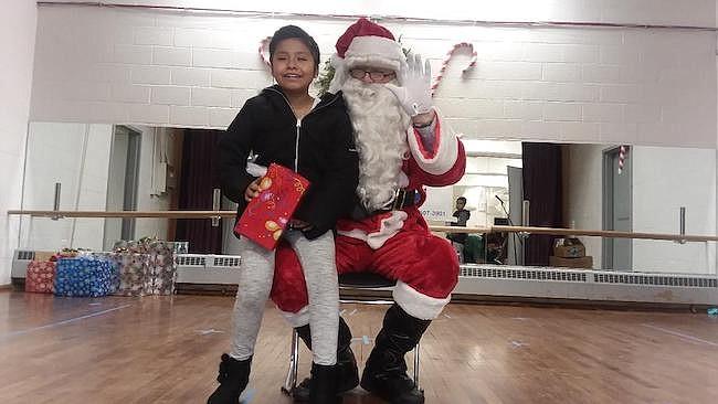 Todos los niños recibieron regalos y muchos corrieron a sentarse sobre el regazo de James Kearnel, quien se viste de Papá Noel para darles un poco de alegría a los pequeños.