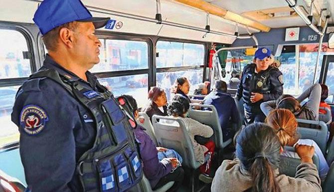 Policías viajan en buses para impedir asaltos