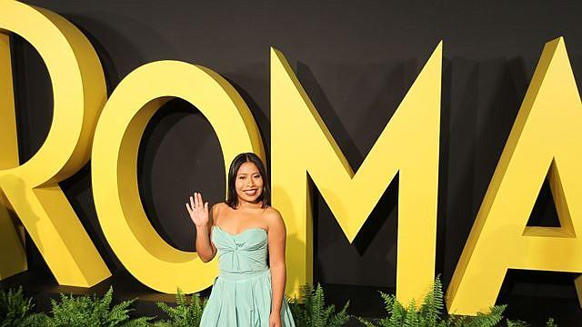 La actriz mexicana Yalitza Aparicio posa durante la alfombra roja para la presentación de la película 'Roma' en la Cineteca Nacional en la Ciudad de México, México