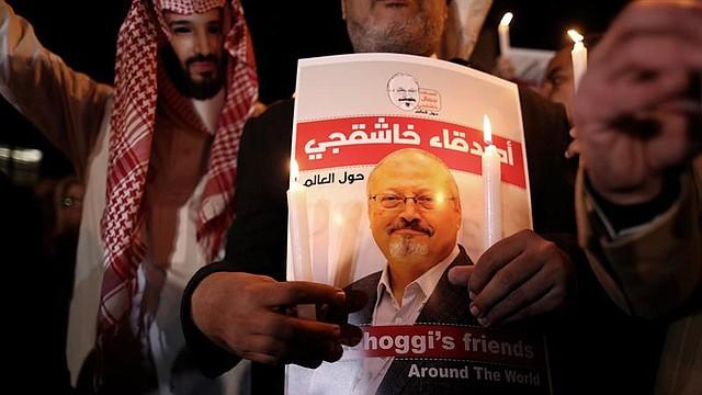 MUNDO. Fotografía de archivo realizada el 25 de octubre de 2018 que muestra a un manifestante que sostiene una fotografía del periodista asesinado Jamal Khashoggi en Estambul