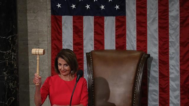 La Speaker de la Cámara de Representantes de los Estados Unidos, Nancy Pelosi, demócrata de California, sostiene un martillo durante una ceremonia para la apertura del 116º Congreso en la Cámara de Representantes en Washington, DC, el jueves 3 de enero de 2019. CRÉDITO - foto de Bloomberg por Andrew Harrer