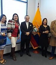 El cónsul de Ecuador, Eduardo Calderón (centro), durante la celebración del Día Internacional del Inmigrante.