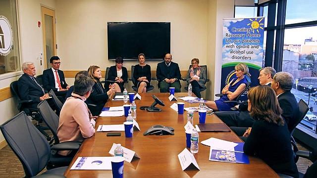 Mesa redonda con el gobernador Charlie Baker, la Secretaria de Salud y Servicios Humanos Marylou Sudders y la Vicegobernadora Karyn Polito, presidida por el Presidente y CEO del EBNHC Manny Lopes.
