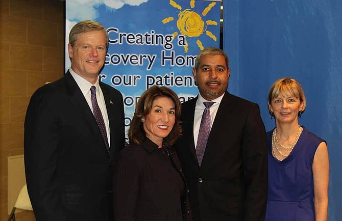 Gobernador Charlir Baker; Lt. Governor Karyn Polito; CEO de East Boston Neighborhood Health Center, Manny Lopes; y la Secretaria de Salud y Servicios Humanos, Marylou Sudders.