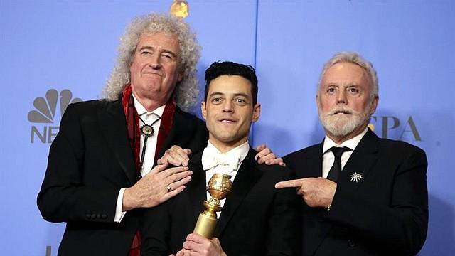 SHOW. Roger Taylor (R) y Brian May (L) de Queen posan con Rami Malek (C) en la sala de prensa durante la 76ª ceremonia anual de los Golden Globe Awards en el Beverly Hilton Hotel, en Beverly Hills, California