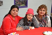 CELEBRACIÓN. La peruana  Mirella Castañeda (izq. de rojo) dijo que esta fiesta les ofrece a los niños la oportunidad de seguir celebrando Navidad. | Tomás Guevara - ETL