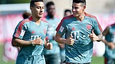 FÚTBOL. Thiago Alcantara y James Rodriguez, del Bayern de Múnich, asisten a una sesión de entrenamiento durante su campamento de invierno en Doha, Qatar