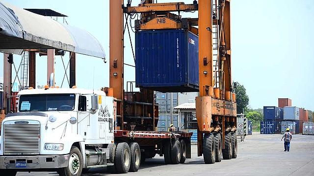 COMERCIO. Una grúa en Puerto Acajutla mueve uno de los contenedores en los que se envía producto salvadoreño a Estados Unidos