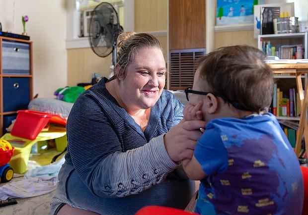 Alicia Moreno y su hijo Anderson, que ahora tiene 3 años. El pequeño necesita un ventilador portátil para respirar.