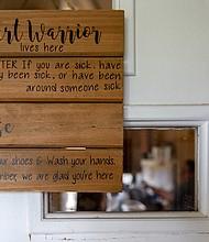 Un cartel en la puerta de la casa de los Moreno pide a los visitantes que no entren si estuvieron, o están, enfermos.
