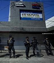 IRRUPCIÓN. Miembros de la policía antidisturbios vigilan las instalaciones del canal 100% Noticias, el sábado 22 de diciembre de 2018, en Managua