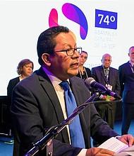 MEDIOS. Fotografía de archivo que muestra a Miguel Mora, propietario de la televisora 100% Noticias en la premiación del Gran Premio de la Sociedad Interamericana de Prensa en Argentina