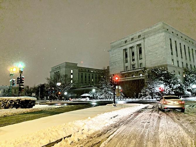 TIEMPO. Foto de una vía en Washington DC durante la tormenta de nieve