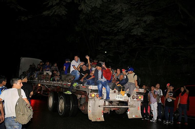 MIGRACIÓN. Grupo de ciudadanos hondureños que emigran a los Estados Unidos salen en caravana de la ciudad de San Pedro Sula, el 14 de enero de 2019