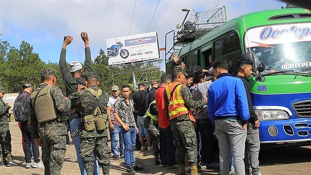 MIGRACIÓN. Militares y policías hondureños piden documentación a migrantes en la ciudad de La Entrada (Honduras), a unos 100 kilómetros de Agua Caliente, frontera con Guatemala