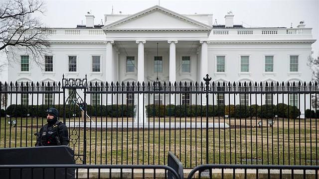WASHINGTON. Foto que muestra a un oficial del Servicio Secreto de los EE.UU. en las afueras de la Casa Blanca, el 12 de enero de 2019
