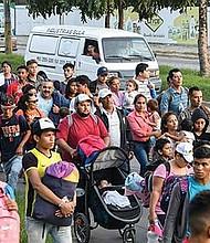 Travesía. Hondureños huyen de su país pese a los riesgos.