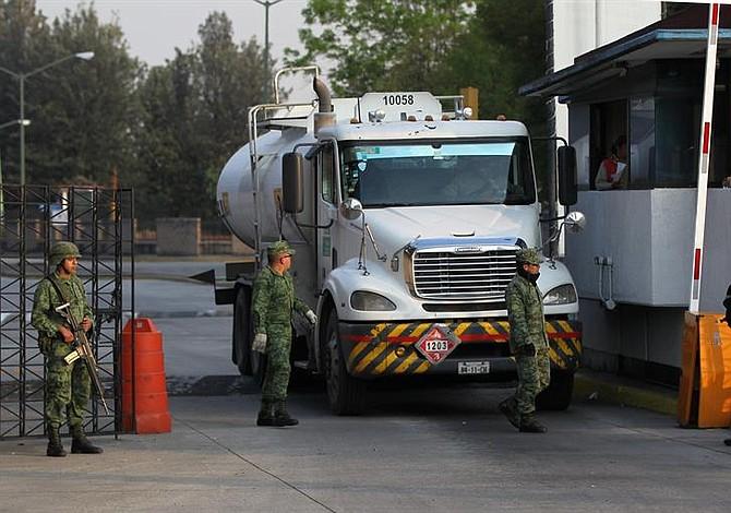 Presidente de México confirma la contratación de 2mil conductores para la distribución de 500 pipas de combustible