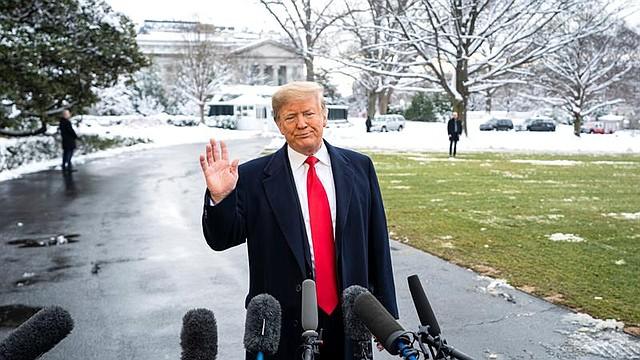 INVESTIGACIÓN. Fotografía de archivo fechada el 14 de enero de 2019, que muestra al presidente estadounidense, Donald J. Trump, mientras habla a su salida de la Casa Blanca, en Washington