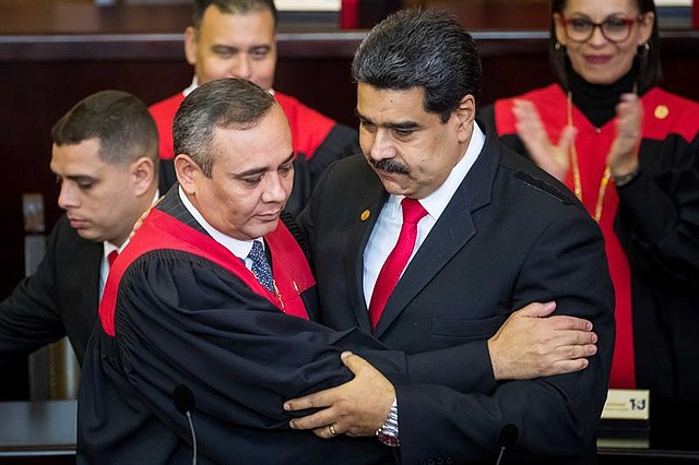 DESCONOCIMIENTO. Maduro se Juramentó ante el TSJ, órgano que fue actualizado de manera express cuando el Parlamento venezolano estaba a manos del chavismo.