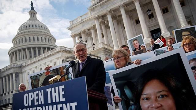 MARCHA. El líder de los demócratas en el Senado, Chuck Schumer (C), participa en una marcha que pide la reapertura del gobierno federal durante la 26 jornada del cierre parcial de Gobierno en el Capitolio de Washington DC el 16 de enero de 2019.