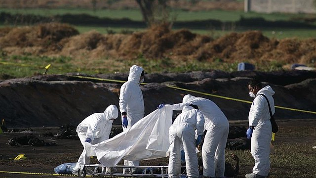TRAGEDIA. Expertos forenses trabajan este, sábado en el sitio donde 66 personas han muerto al estallar una toma clandestina de gasolina de Petróleos Mexicanos (Pemex) en en Tlahuelilpan (México)