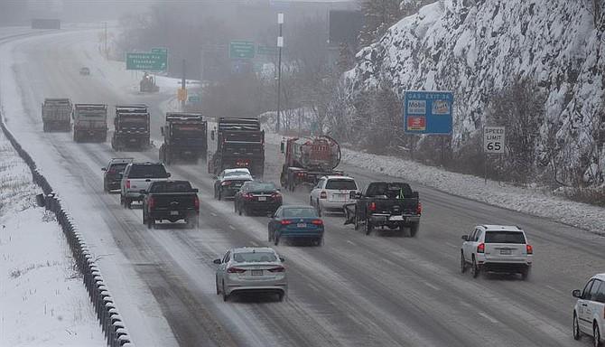 EE.UU. El tráfico sigue una hilera de quitanieves que se abre paso a lo largo de la Interestatal 93 en Stoneham, Massachusetts, EE.UU. 20 de enero de 2019