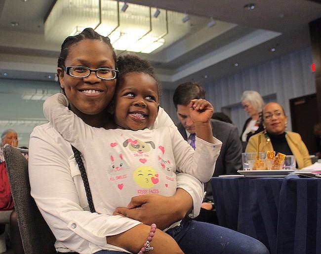 SOPORTE. Natalia Wilkerson y su hija de dos años Ta'Lia son beneficiarias de los programas de educación de Uniting People with Opportunities.