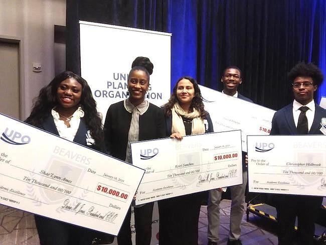 GANADORES. Los estudiantes ganadores de las becas están agradecidos por este apoyo económico para avanzar en sus carreras profesionales.