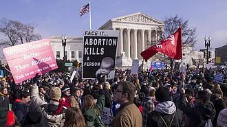 Los manifestantes pro-vida sostienen carteles mientras marchan ante la Corte Suprema durante la 46.a Marcha por la Vida anual en Washington, DC, el viernes.