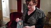 Toni Hoy, en su casa en Rantoul, Illinois, sostiene una foto de Daniel, que ahora tiene 24 años, cuando era pequeño. En un recurso desesperado para que Daniel recibiera tratamiento psiquiátrico, los Hoy renunciaron a la custodia en 2007, y lo devolvieron al estado. Según dijeron, fue la decisión más desgarradora que tuvieron que tomar en sus vidas.
