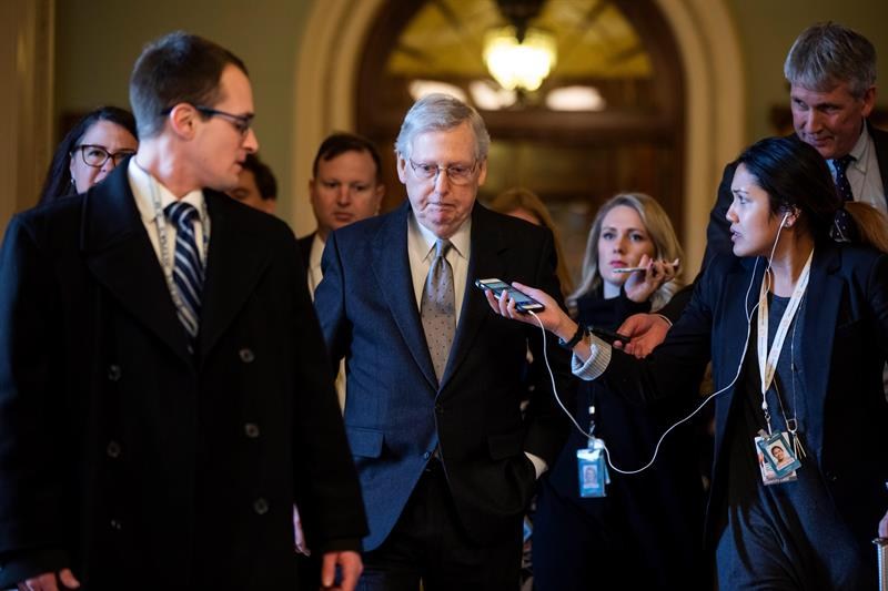 POLÍTICA. El líder republicano en el Senado de Estados Unidos, Mitch McConnell, conversa con los medios mientras abandona el Capitolio