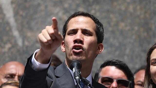 CARACAS. El líder del Parlamento y presidente encargado de Venezuela, Juan Guaidó (C)