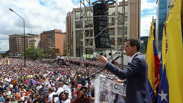 """El presidente del Parlamento venezolano, Juan Guaidó (en el centro de la foto), se juramentó como presidente del país, el miércoles 23 de enero en Caracas, Venezuela. Guaidó hizo el anuncio en el marco de lo que llamó la lucha en contra de la """"usurpación"""" de la presidencia de Nicolás Maduro, al que considera """"ilegítimo""""."""