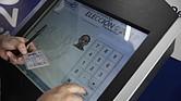 ELECCIONES. Ciudadanos buscan información sobre los centros habilitados para emitir el voto el próximo 3 de febrero en San Salvador
