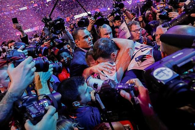 El mariscal de campo de los New England Patriots, Tom Brady (R), abraza al receptor de los New England Patriots, Julian Edelman (L), luego de ganar el Super Bowl LIII