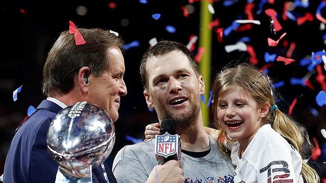 NACIONAL. El mariscal de campo de los New England Patriots Tom Brady (C) es entrevistado mientras sostiene a su hija Vivian después de ganar el Super Bowl LIII